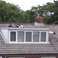 Kom van dat dak af!