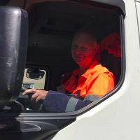 Irado-directeur achter de wagen