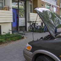 Portiekdeur ontzet door auto