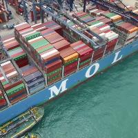 Grootste containerschip in haven