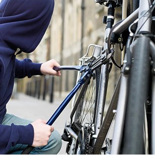 Fietsendieven proberen fiets te verkopen aan eigenaar