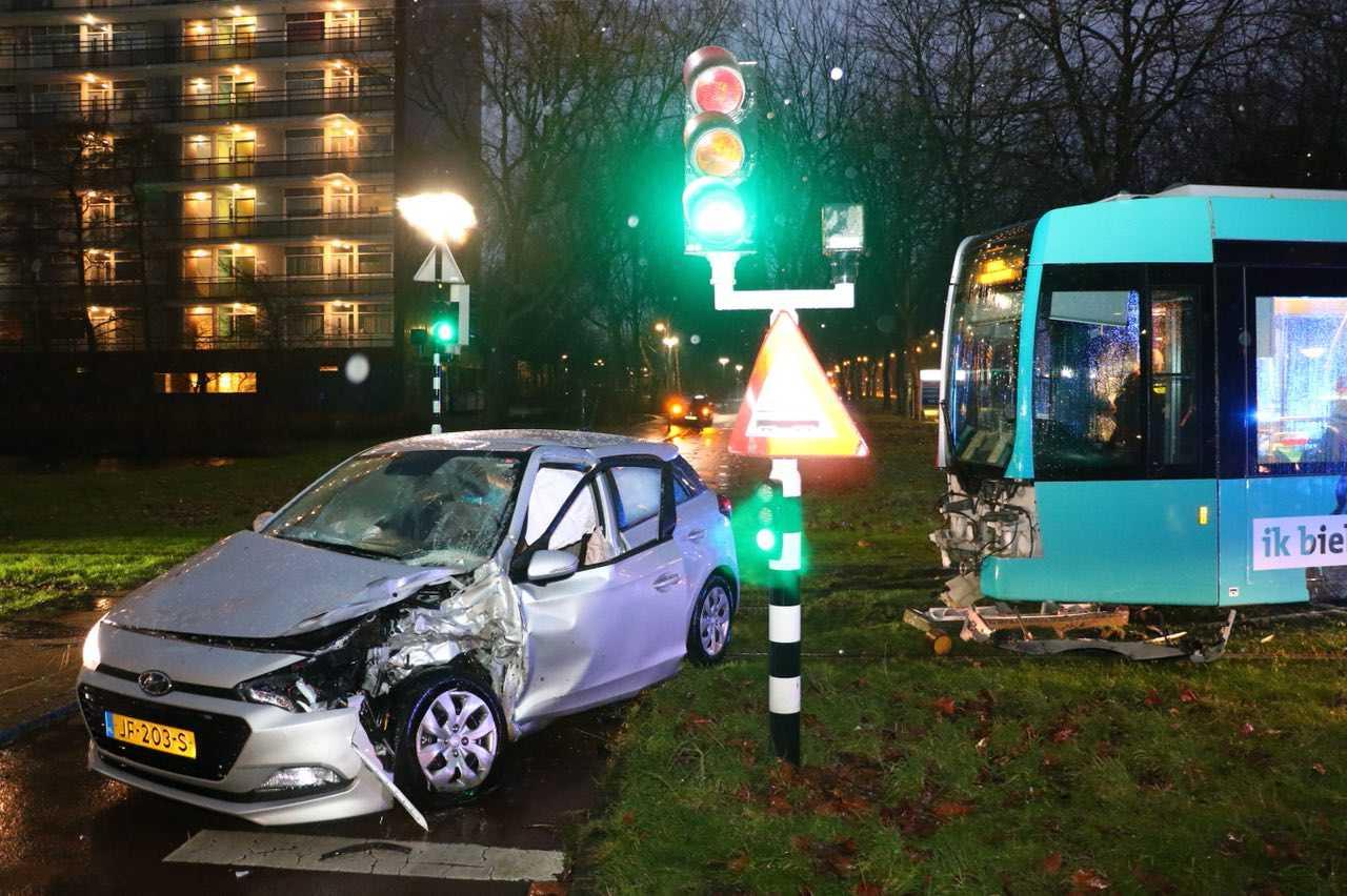 Tram botst op auto