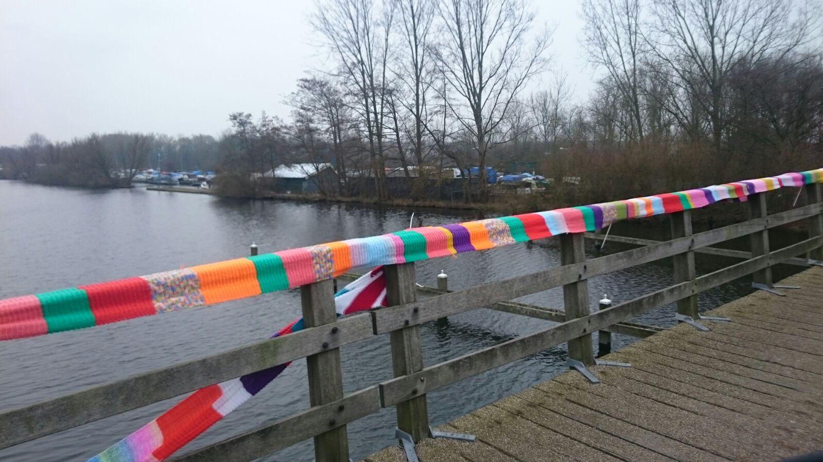 Kleurige brug over de Vlaardingse Vaart