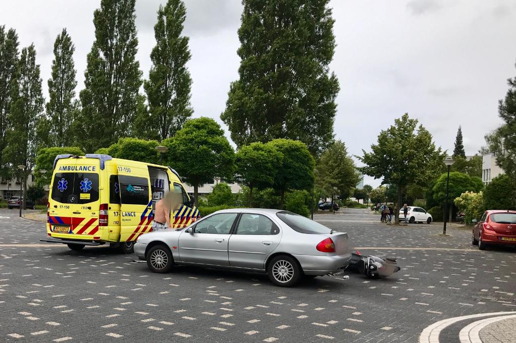 Aanrijding auto met scooter in woonwijk