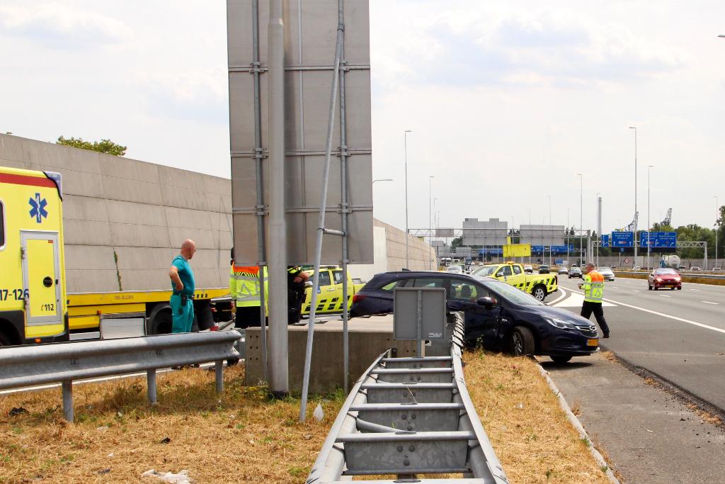 Auto geschept door vrachtwagen