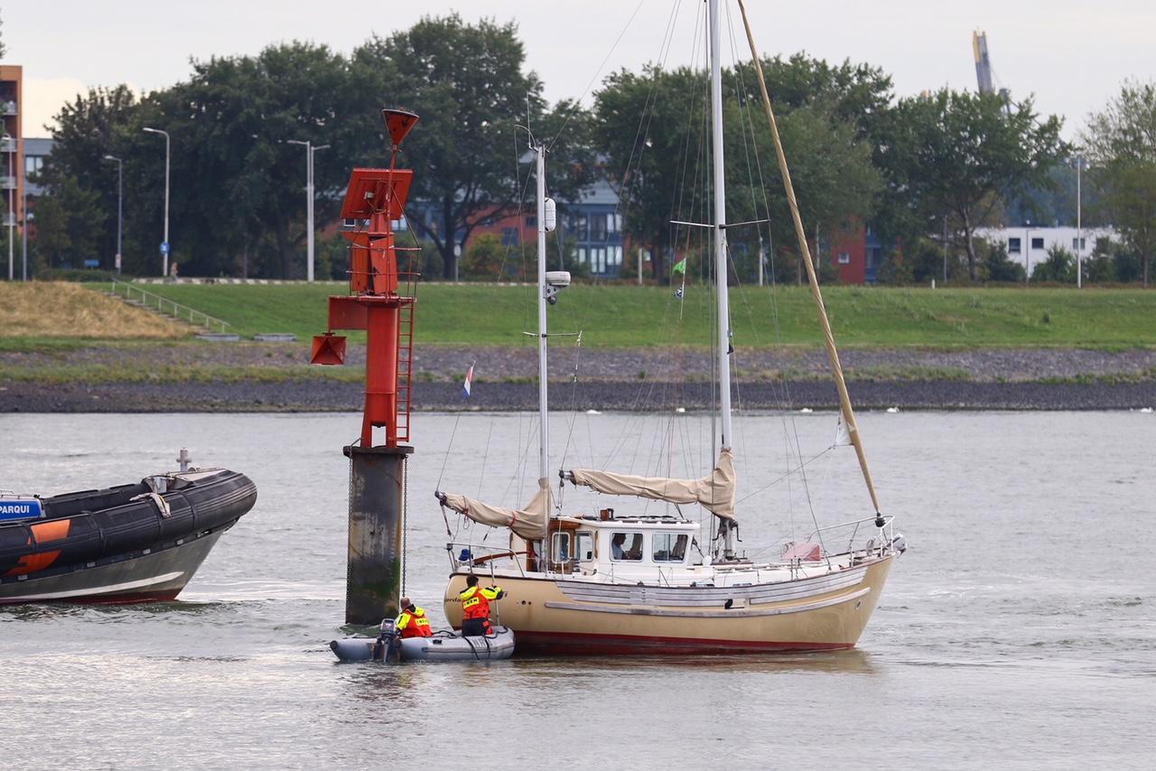 Zeilboot vast op krib Scheur