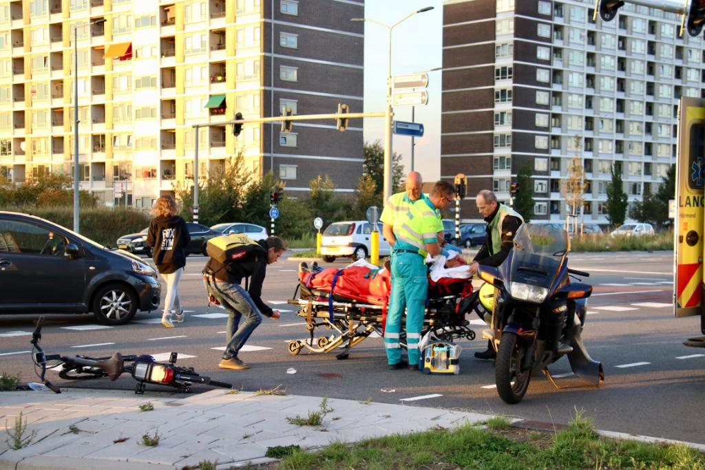 Zwaargewonde na aanrijding met scooter
