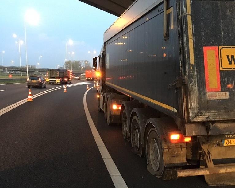 Vrachtwagen met drie lekke banden veroorzaakt file op A4