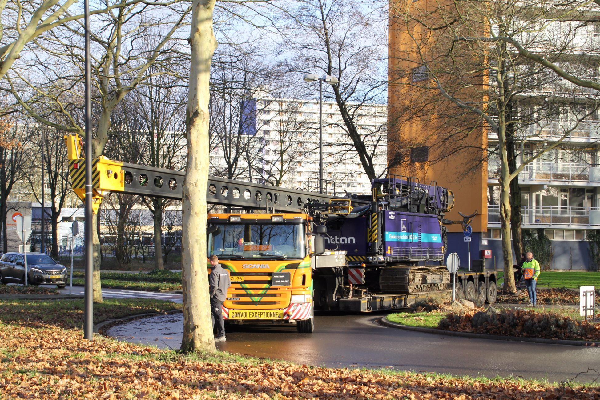 Vrachtwagen met heimachine vast op rotonde