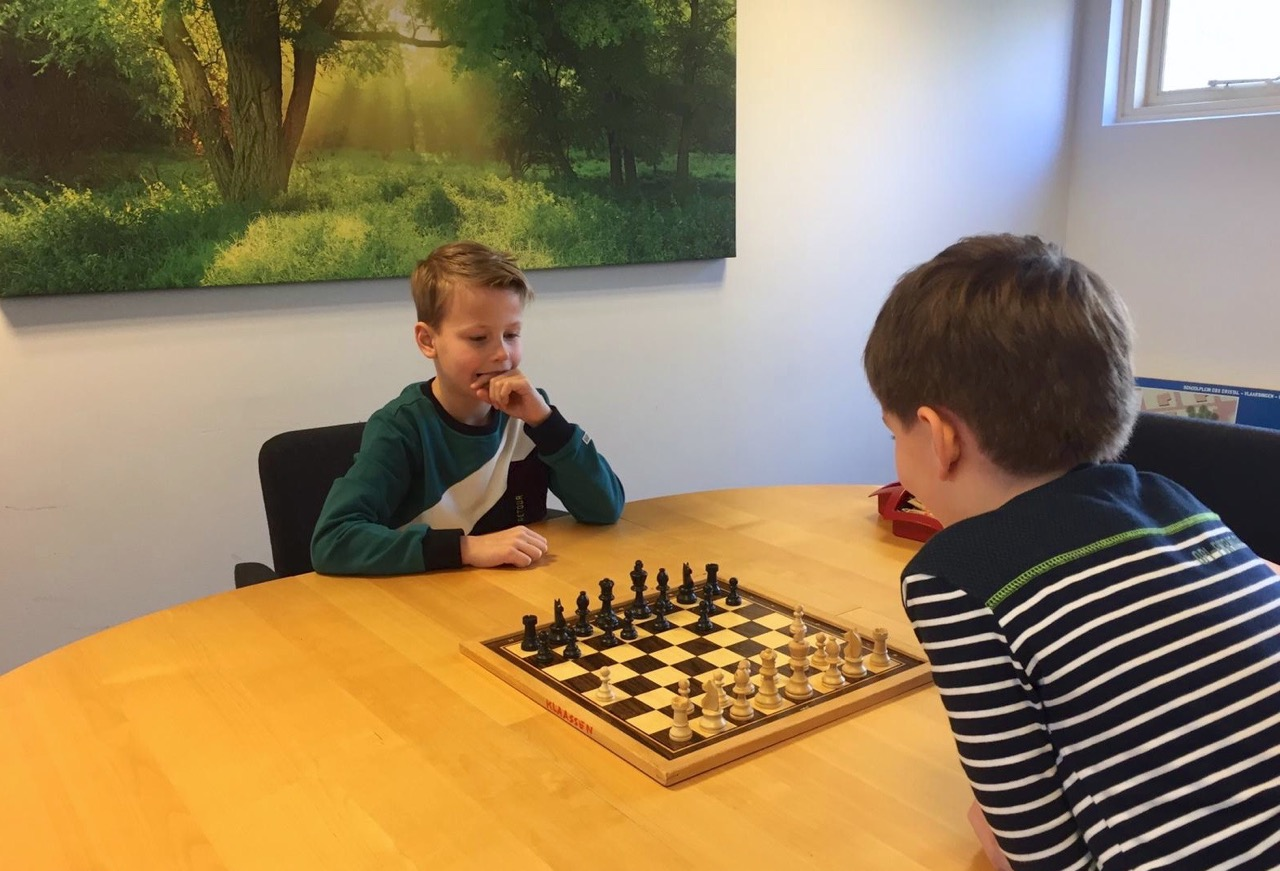 'Jonkie' schaakt oudere leerlingen van het bord