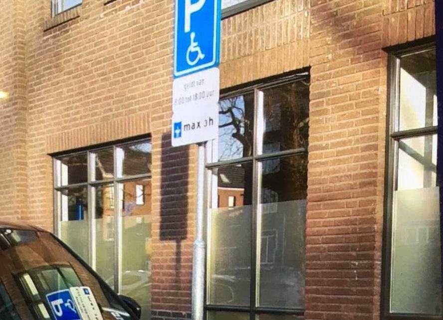 Vier prenten voor parkeren op invalidenparkeerplaats