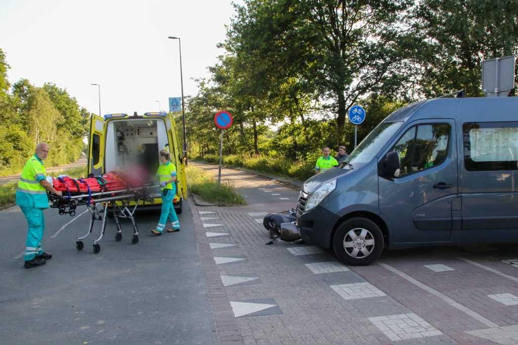 Scooterrijdster gewond bij aanrijding Marathonweg