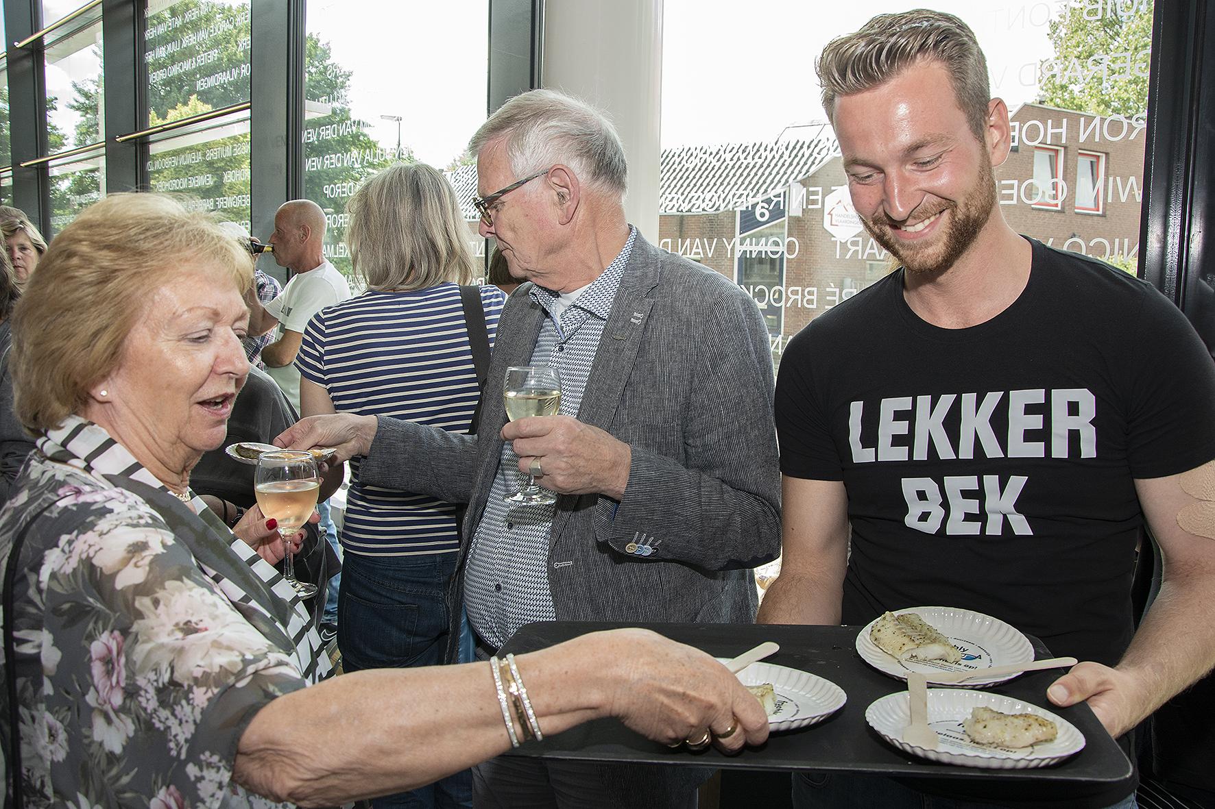 Haring 'Schoon aan de haak' gehangen in Museum Vlaardingen