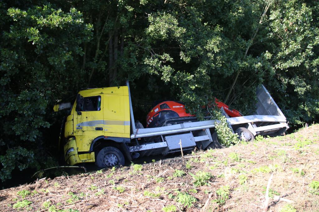Vrachtwagen raakt van de weg en belandt in sloot