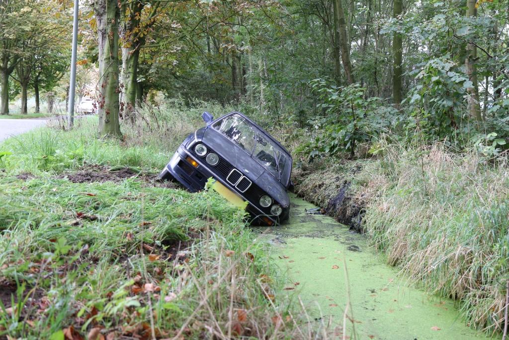Auto in de sloot in Vlaardingen