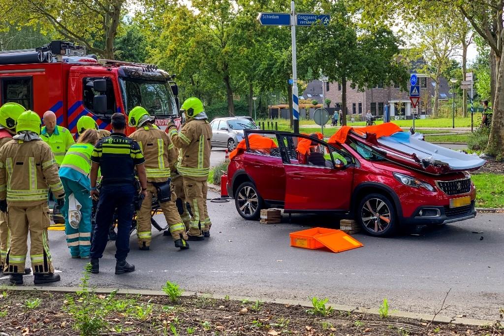 Brandweer knipt dak van auto
