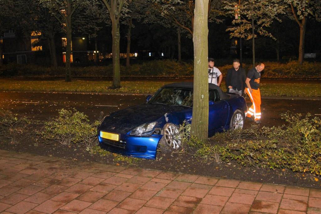 Auto klapt tegen boom op de Holysingel