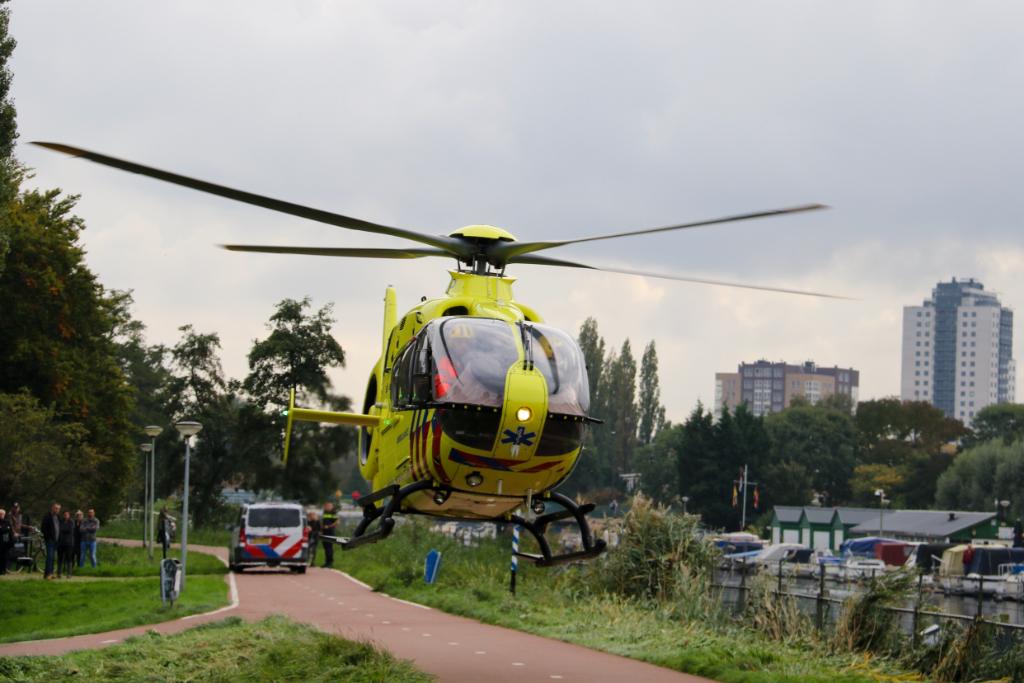 Traumahelikopter landt langs de Vaart voor noodsituatie