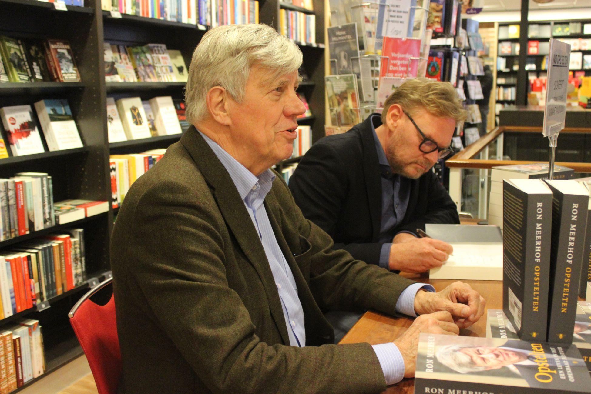 Ivo Opstelten en Ron Meerhof bij boekhandel Pontier