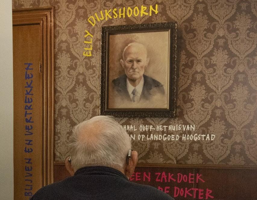 Elly Dijkshoorn leidt rond in Museum Vlaardingen