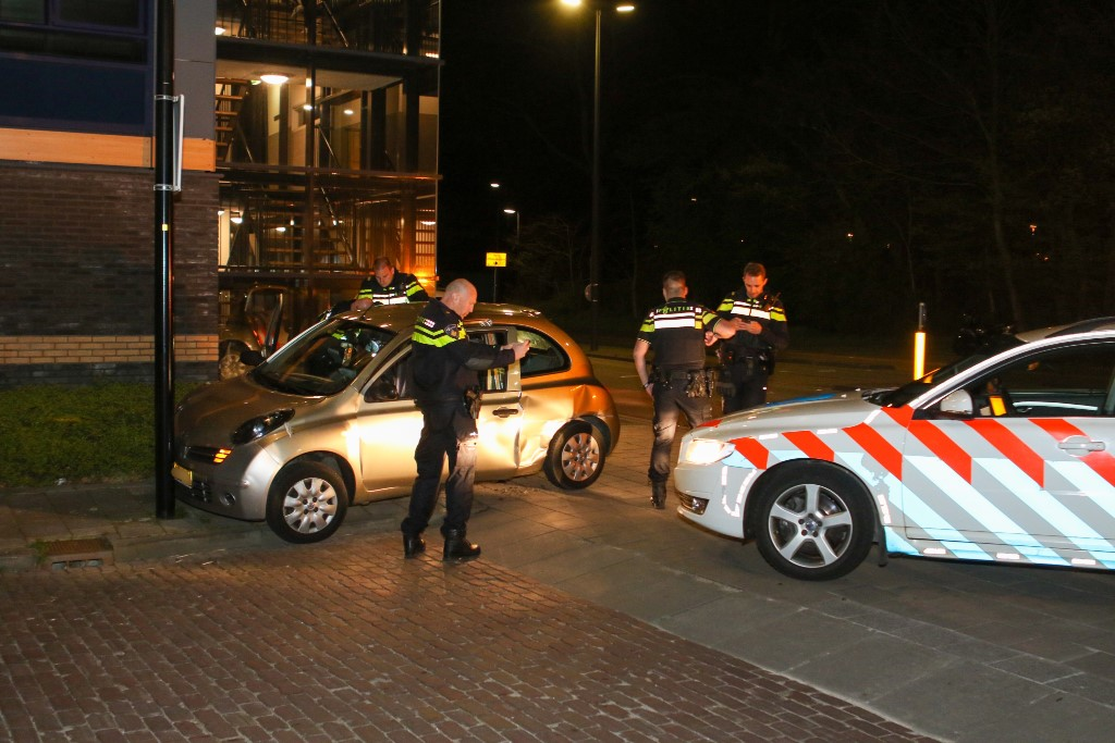 Politie rijdt auto klem op Zwanensingel