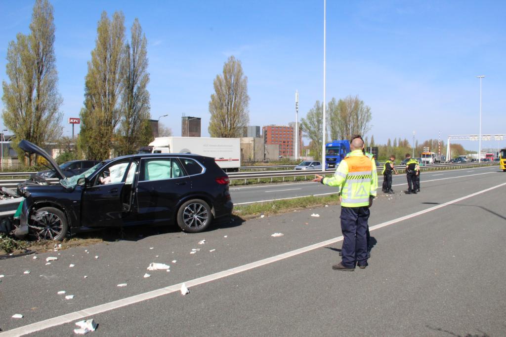 Auto crasht tegen vangrail