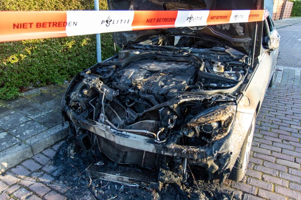 Auto volledig uitgebrand in Ambonlaan