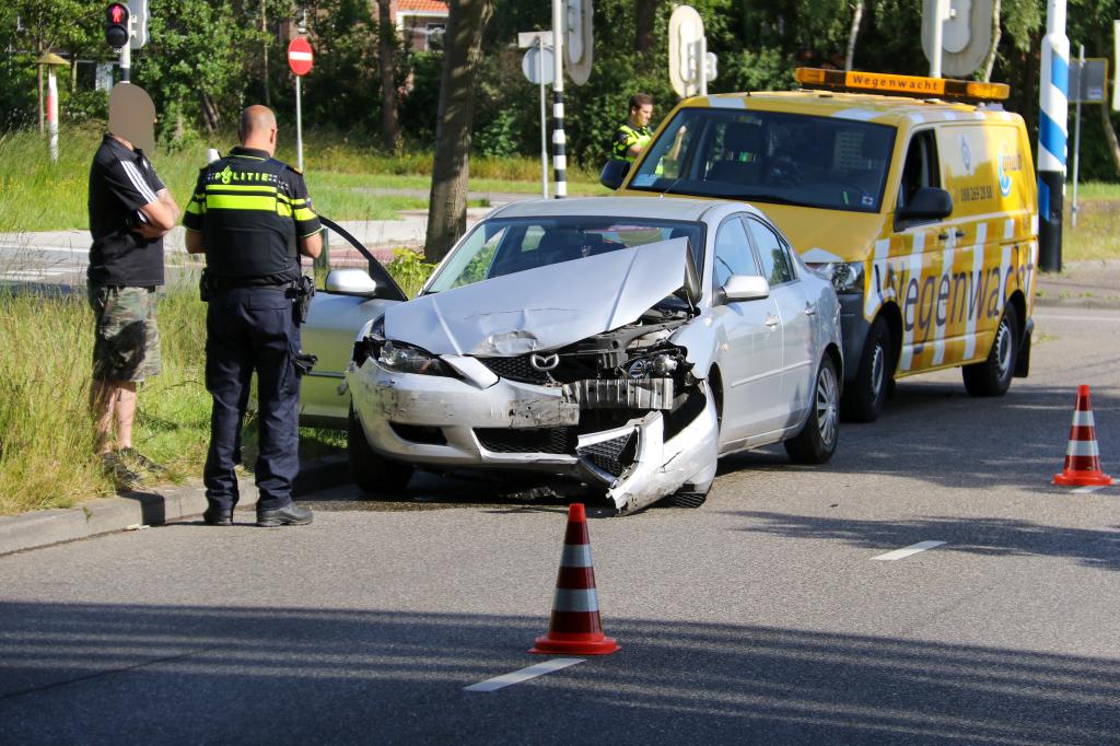 Twee auto's total loss bij aanrijding