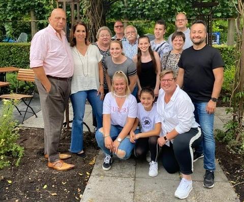 Herman den Blijker schiet Pannenkoekenhuis 't Hof te hulp