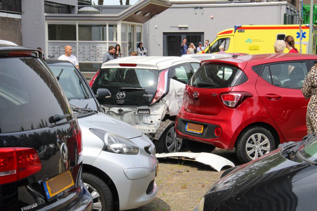 Automobiliste veroorzaakt ravage op parkeerterrein