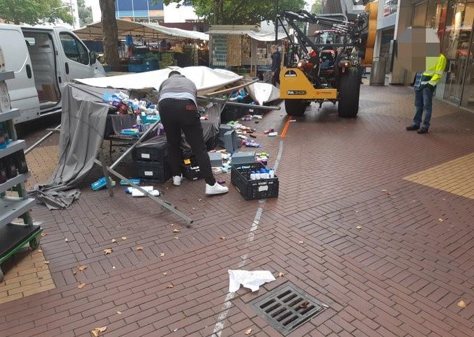 Traktor rijdt marktkraam omver, gewonde naar ziekenhuis