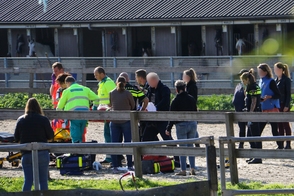 Jongen zwaargewond na val van paard