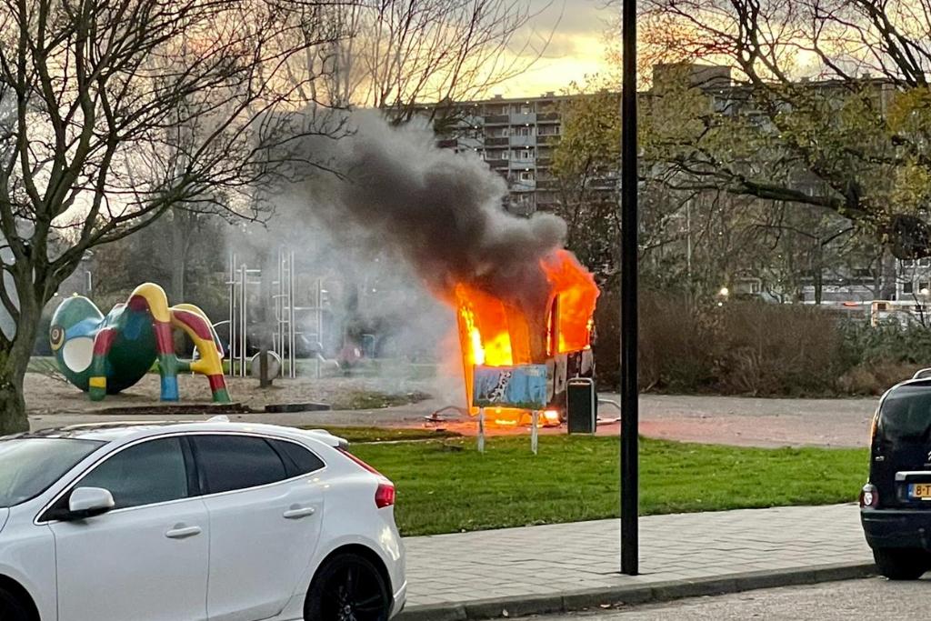 Aanhangwagen Spechtlaan vernield met vuurwerkbom