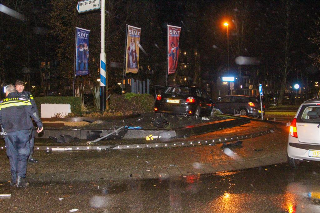 Auto belandt op rotonde Holysingel