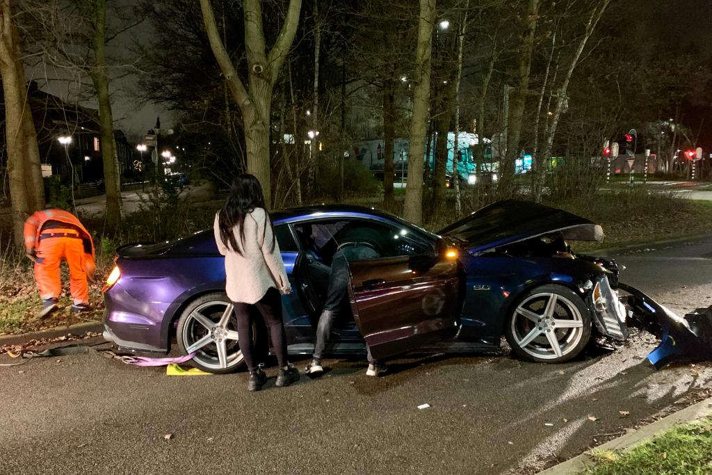 Auto zwaar beschadigd na aanrijding Westlandseweg