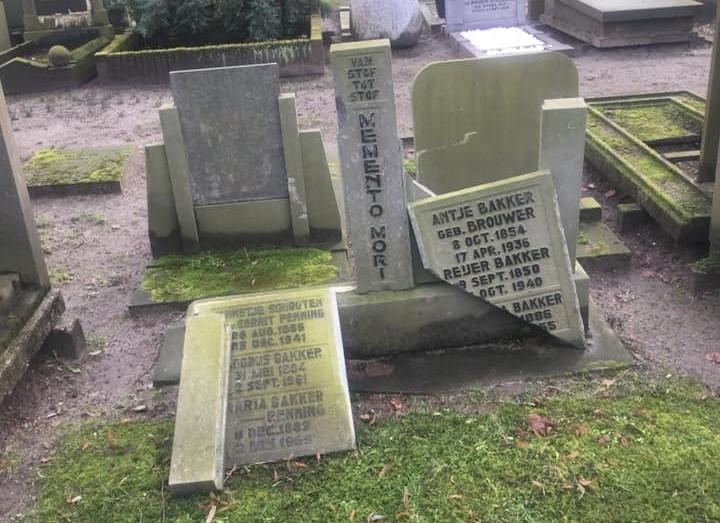 Grafzerken vernield op begraafplaats Emaus