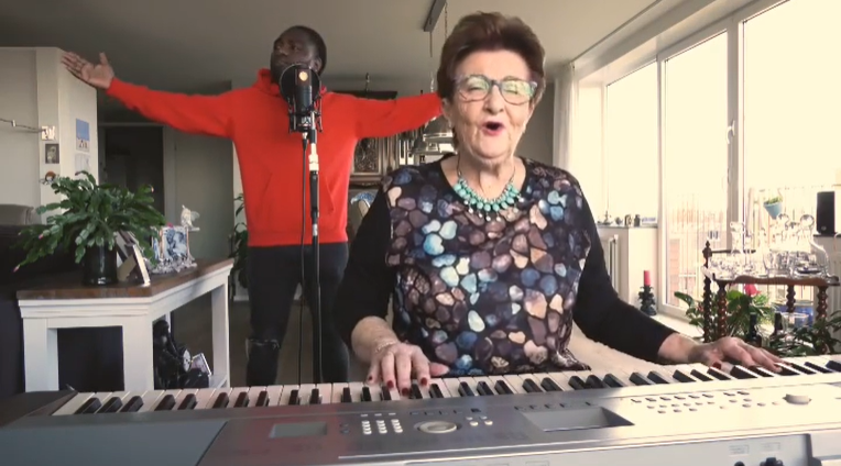 Orgel Joke speelt Koning Toto samen met Priester