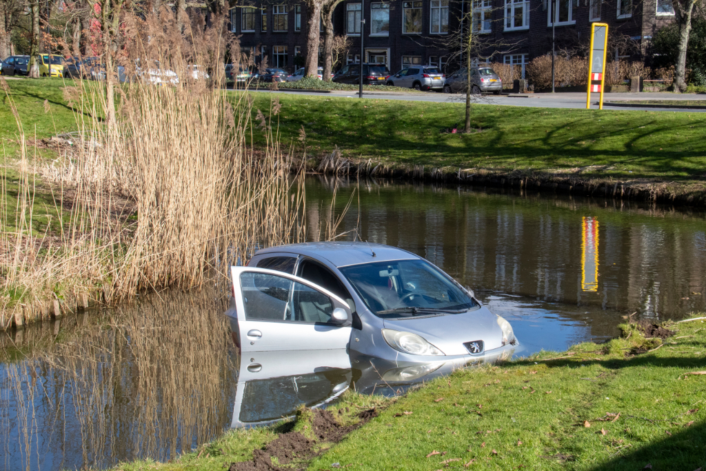 Auto belandt in sloot langs de Hofsingel