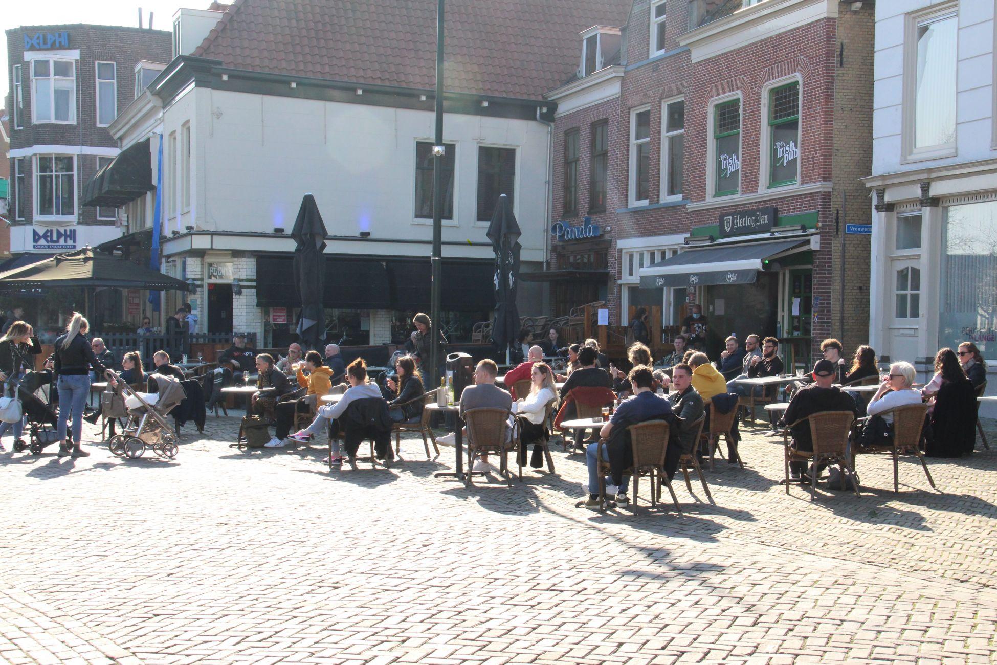 In de zon op het terras in Vlaardingen