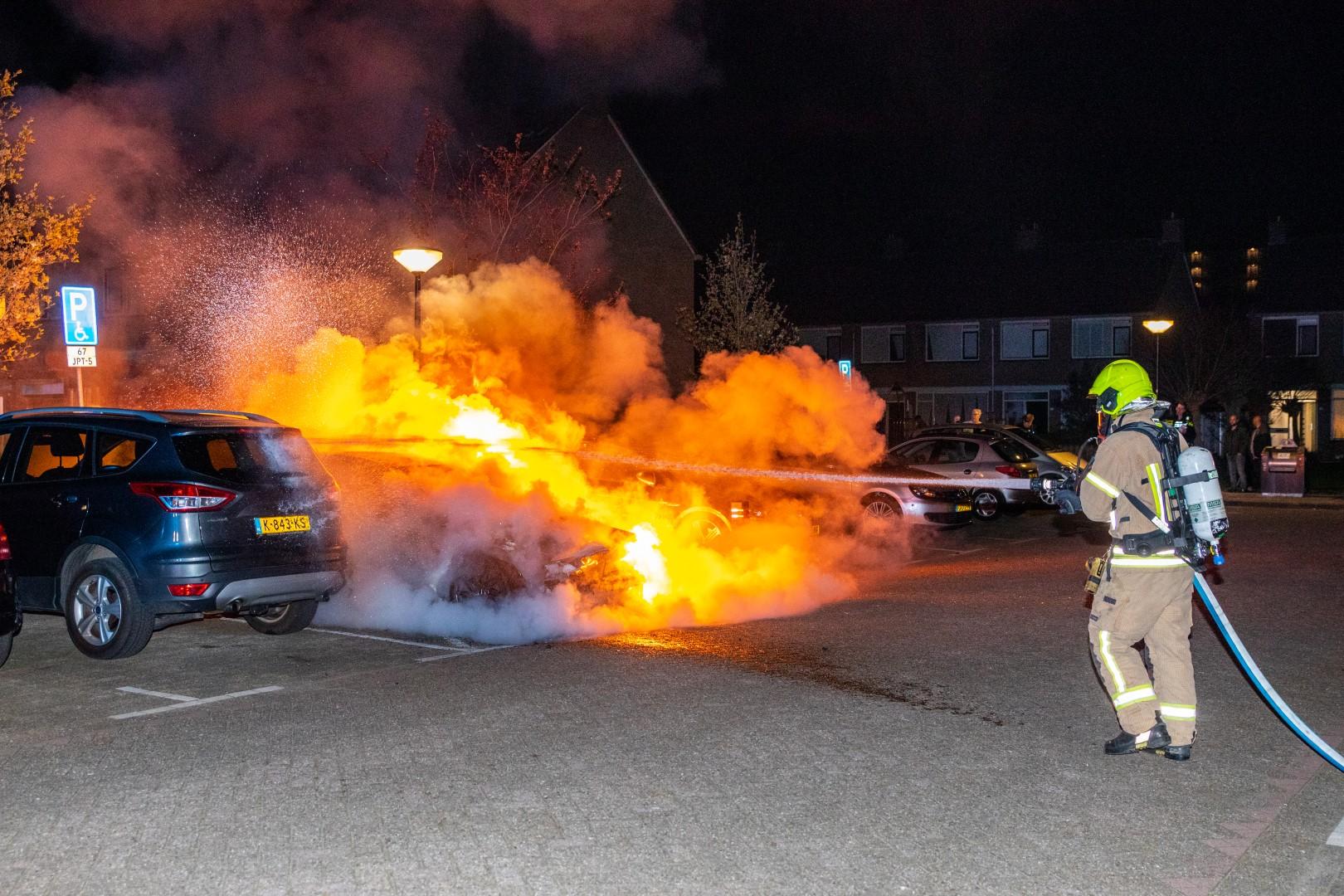 Auto brandt volledig uit in de Arendstraat