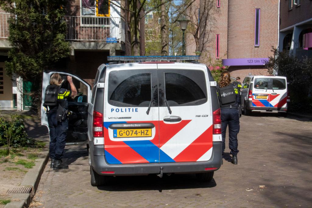 Politie in kogelwerende vesten doet onderzoek in woning