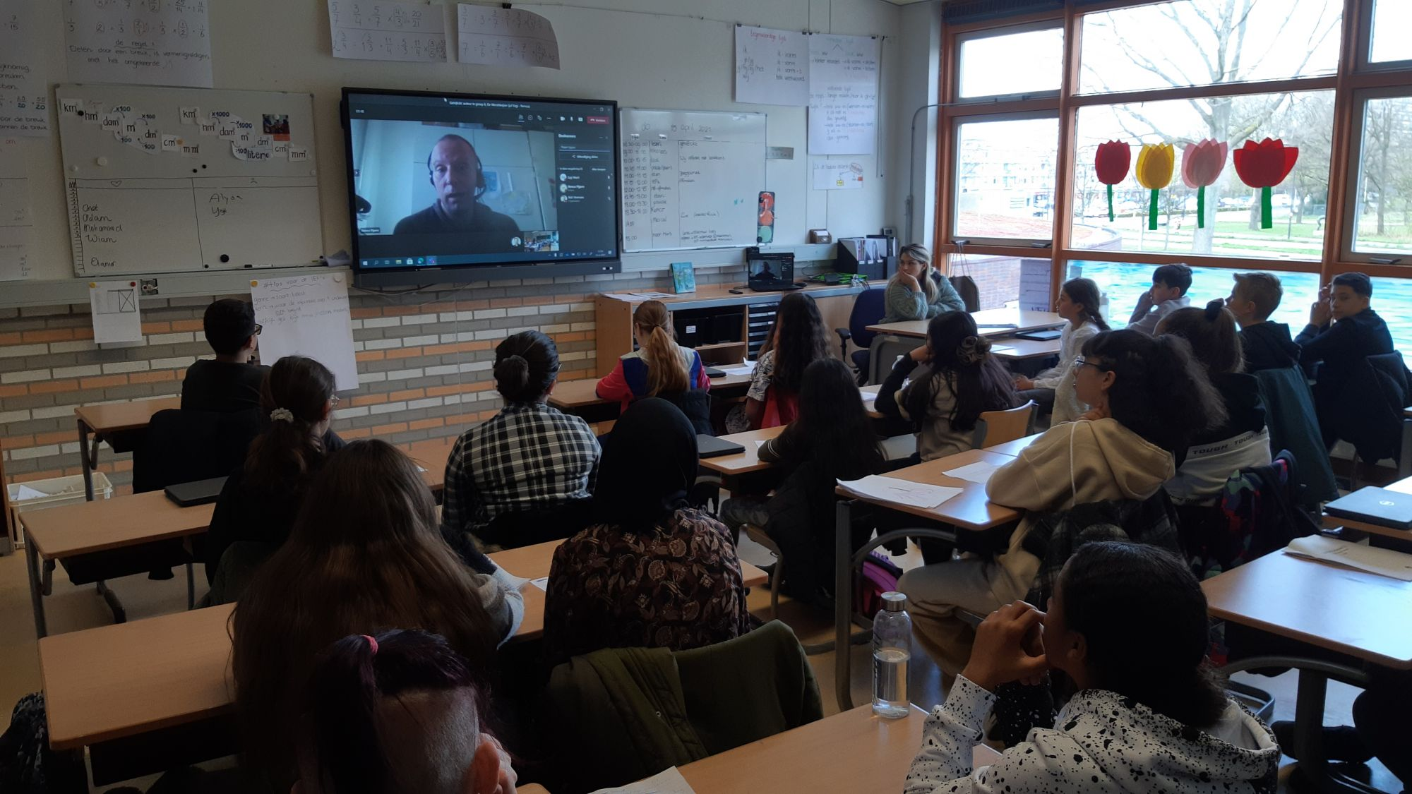 Schrijver 'Gehackt' op bezoek in IKC De Wereldwijzer