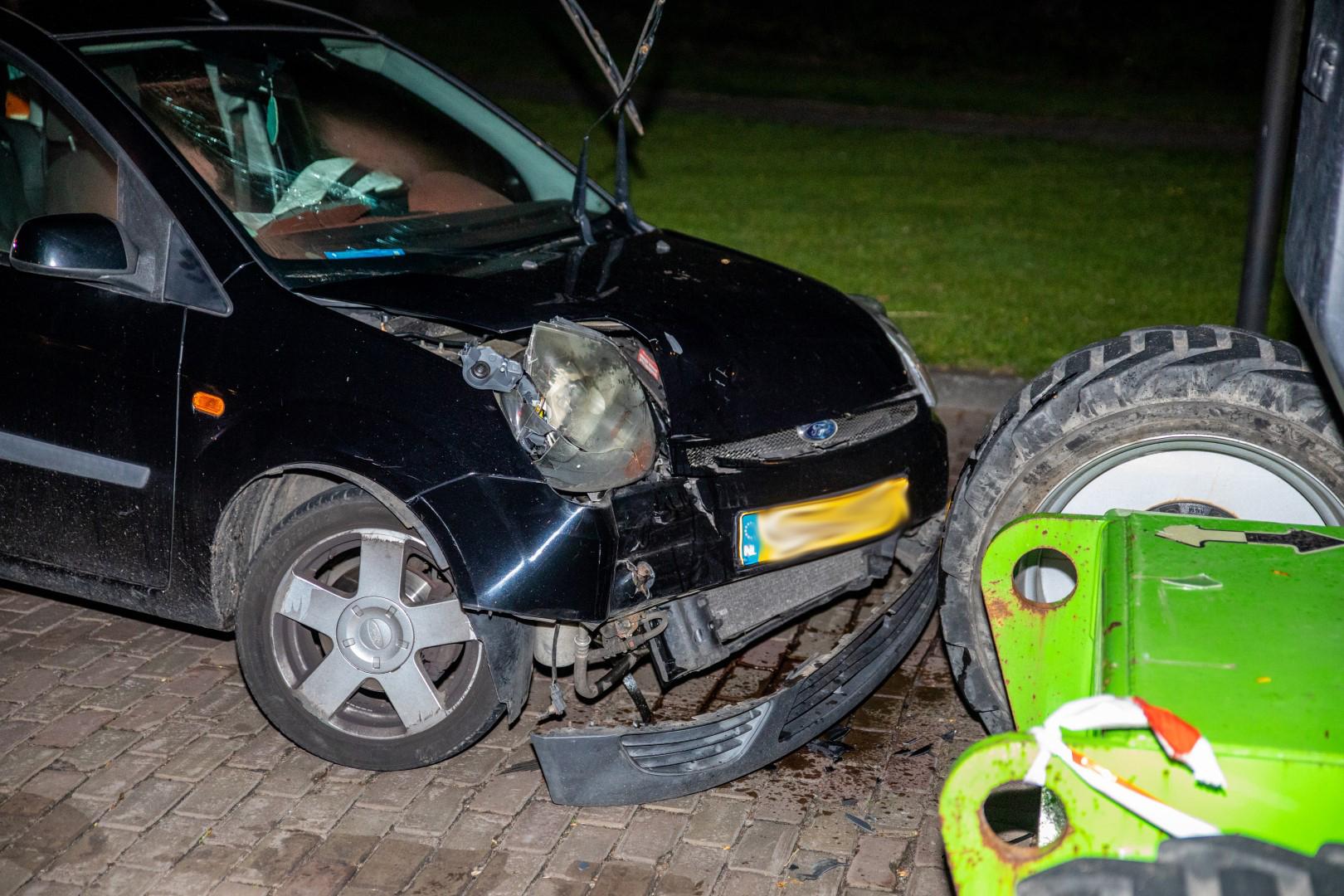 Auto knalt op geparkeerde hoogwerker