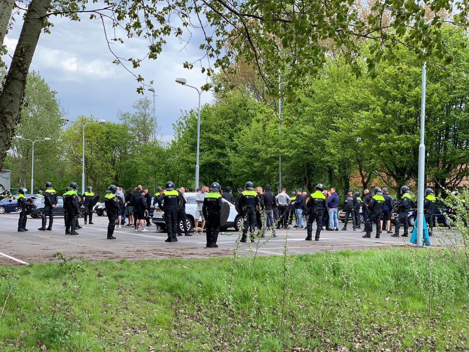 Mobiele Eenheid sluit Feyenoordsupporters in