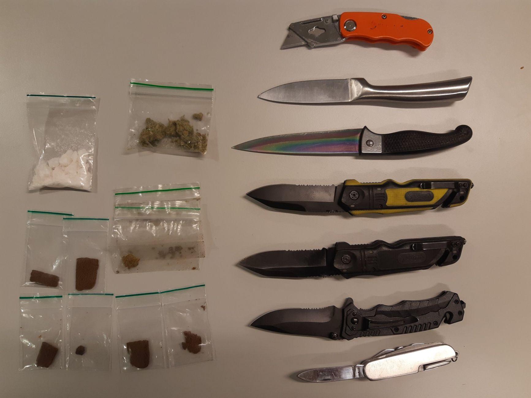 Messen en drugs gevonden bij fouilleeractie politie