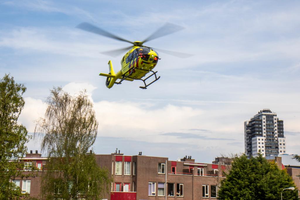 Traumahelikopter landt op voetbalveldje