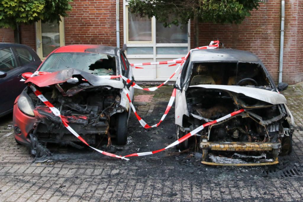 Auto's Nieuwe Kerkplaats gaan in vlammen op