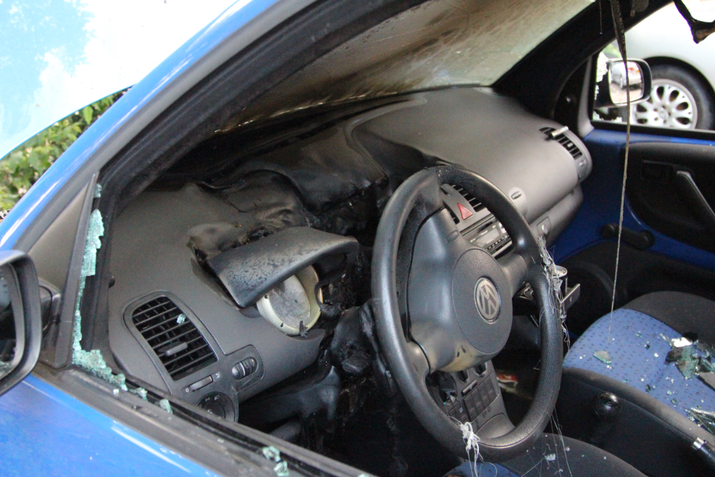 Auto in brand in Vlaardingen-West