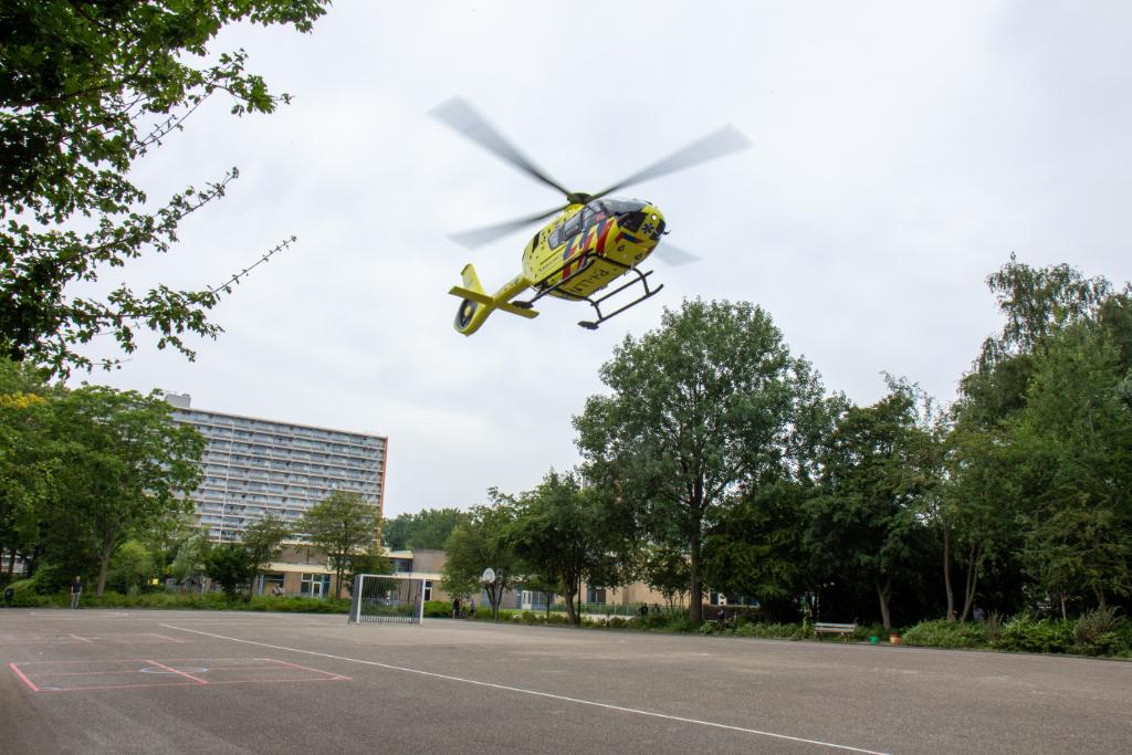 Traumahelikopter landt op speelplaats