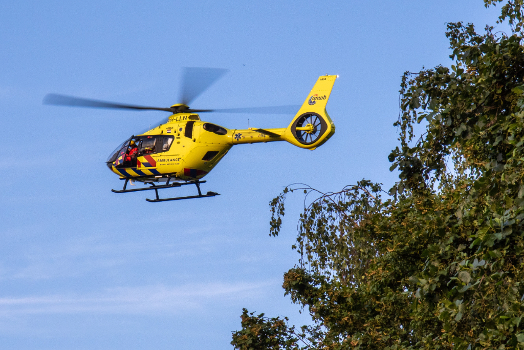 Traumahelikopter landt op voetbalveld